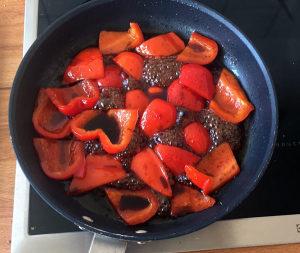 Balsamico kommt zur Paprika in die Pfanne, fertig ist die Marinade